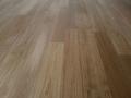 Podłoga drewniana, dębowa, lakierowa, lekka szczotka.