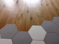 Podłoga drewniana, z drewna dębowego, olejowana.